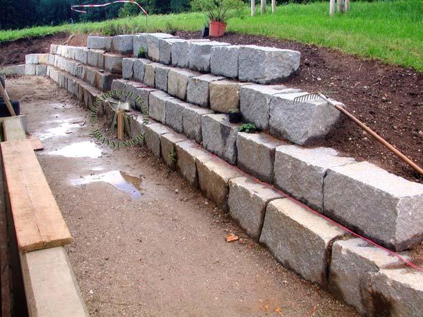 Granit Quader zum Bau einer robusten Gartenmauer